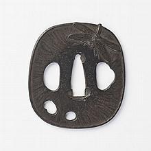 JAPON - XIXe siècle Nadegaku gata en fer a décor en taka bori d'une libellule sur les deux côtés