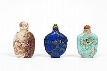 Ensemble comprenant trois flacons tabatières dont l'un en pierre rose sculptée d'un oiseau perché en relief sur une face, l'un de fo...