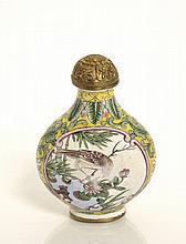 Flacon tabatière émaillé sur cuivre sur chaque face d'un oiseau perché sur une branche fleurie dans un médaillon, de fleurs de lotus...