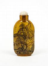 Flacon tabatière en verre orangé translucide aplati, peint à l'intérieur d'une face de personnage au bord d'une rive dans un paysage...