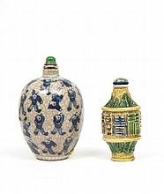 Ensemble de deux flacons tabatières en porcelaine, l'un beige céladon craquelée de forme balustre, émaillée en bleu sous couverte de...