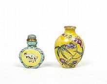Ensemble comprenant deux flacons tabatières en porcelaine émaillée polychrome, dont l'un de forme balustre orné de fleurs sur fond j...