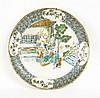Ensemble comprenant : - quatre assiettes en porcelaine de Canton à décor de personnages dans un jardin dans le style de la famille v...
