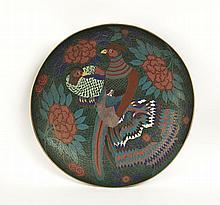 Grande coupe ronde en bronze et émaux cloisonnés décorée en polychromie d'un couple de faisans posés, entourés de pivoines