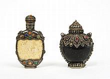 Deux flacons tabatières de style tibétain, l'un en corne de buffle de forme arrondie orné de métal argenté au col, sur les épaules, ...
