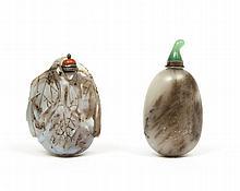 Deux flacons tabatières, l'un en quartz sculpté en forme de melon avec des feuilles, l'autre en jade en forme de galet