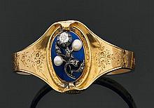 Bracelet articulé en or jaune gravé de fleurs, le centre appliqué d'un motif fleur en argent orné de diamants et perles sur fond d'é.