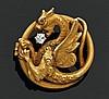 Broche chimère en or jaune gravé, ornée d'un petit diamant rond. Poids brut : 6 g