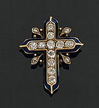 Broche en or jaune figurant une croix, dans un entourage de filets d'émail bleu