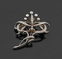 Broche volute en or 18 k ajouré de deux tons, entièrement sertie de diamants taillés en rose et de taille ancienne, cinq d'entre eux..
