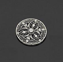 Pendentif en or gris 18 k ajouré, de forme ronde partiellement serti de diamants taillés en rose et de taille ancienne, celui du cen...