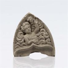 Gable de forme ogivale en pierre calcaire sculptée en bas relief