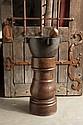 Mortier en marbre noir à quatre prises dont une forme bec, sur son support en orme tourné ; pilon en bois tourné XVIIe/XVIIIe sièc...