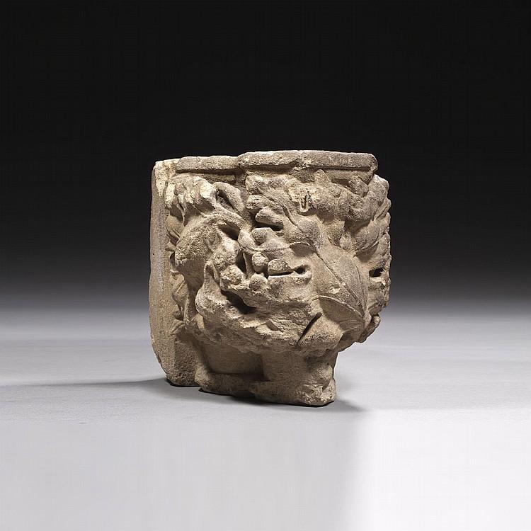 Chapiteau d'applique en pierre calcaire sculptée à décor de trois feuilles de vigne aux lobes découpés et nervurés. Seconde moitié du