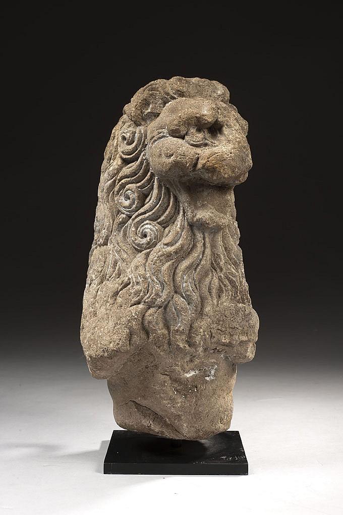 Protomé de lion en pierre calcaire sculptée