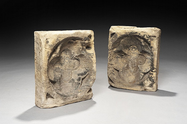 Paire de panneaux, éléments d'architecture, en pierre calcaire profondément sculptée à décor de quadrilobes dans des cercles