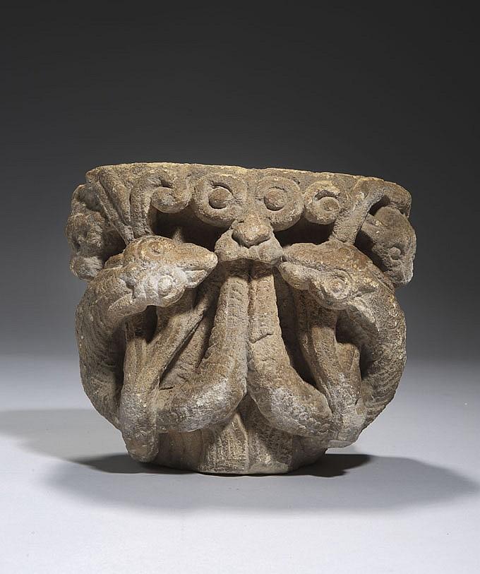Élément d'applique en pierre calcaire dure sculptée en fort relief