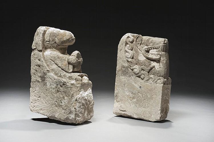 Paire d'importants corbeaux en pierre calcaire sculptée. Sous une arcature en