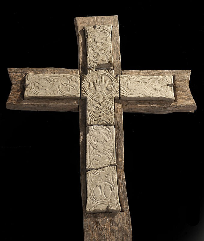 Rare croix en marbre sculpté en bas-relief. Elle a été réalisée dès l'origine en cinq