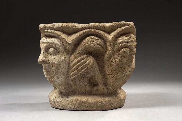 Chapiteau en pierre calcaire sculptée toutes faces. Corbeille légèrement évasée