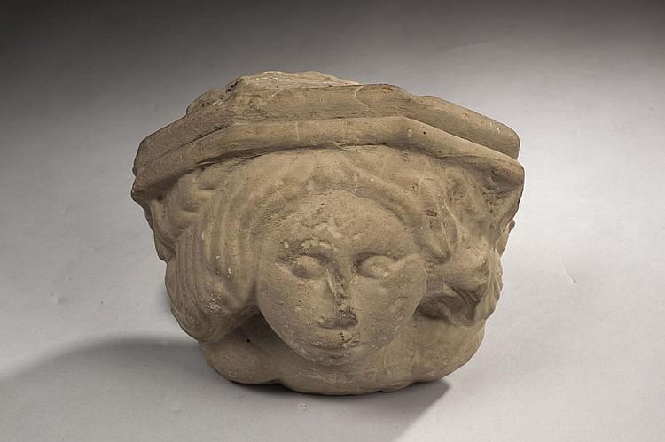 Console à pans en pierre calcaire sculptée d'un buste de femme à la tête encadrée de longs cheveux avec visage aux formes pleines