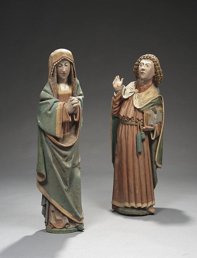 Vierge et saint Jean de Calvaire en bois sculpté, polychromé et doré. Dos évidés et refermés. La Vierge, les mains jointes, baisse les