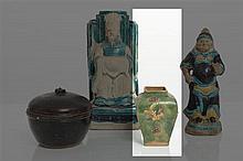 CHINE - Époque MING (1368-1644) Vase de forme balustre à panse haute et de forme quadrangulaire en grès émaillé vert et jaune à décor e