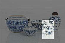 *CHINE - Époque KANGXI (1662-1722) Pot à lait en porcelaine décorée en bleu sous couverte de réserves de fleurs stylisées parmi les rin