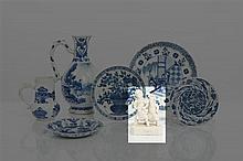 *CHINE - Époque KANGXI (1662-1722) Groupe en porcelaine émaillée blanc de Chine représentant un guerrier et un lettré sur un tertre