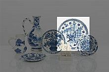 *CHINE - Époque KANGXI (1662-1722) Assiette polylobée en porcelaine décorée en bleu sous couverte de deux jeunes femmes sur une terrass