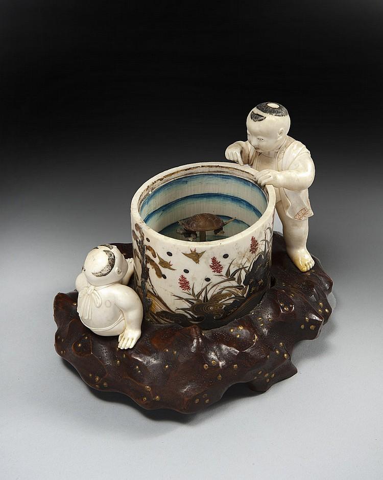 Groupe en ivoire laqué or et rouge, deux enfants debout et assis à côté d'une vasque, l'un regardant à l'intérieur deux tortues mobi