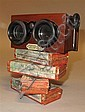 STÉRÉOSCOPE  Jules Richard,  années 1920 Accompagné de 64 plaques de verres stéréoscopiques (45 x 107 mm) réunies dans 4 boites d'or..