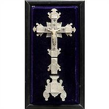 Crucifix en nacre gravée sur une âme en bois noirci. Extrémités des bras figurant les Évangélistes, Vierge de Douleur au pied de la ...