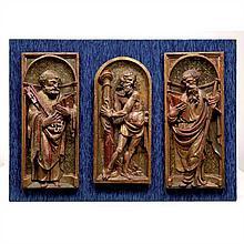 Trois panneaux en bois sculpté en fort relief, doré et polychromé. Un de forme cintréereprésente le Christ à la colonne, les deux au...