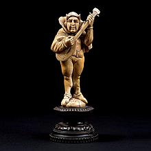 Fou jouant de la mandoline en ivoire sculpté en ronde-bosse.Allemagne, XIXe siècleHauteur : 13 cmSocle en bois noirci(accidents et r...