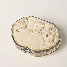 Tabatière en ivoire avec monture argent de forme chantournée à décor d'un buste d'un prélatfranciscain encadré d'armoiries : à droit