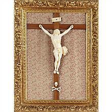 Tableau crucifix avec Christ en ivoire et croix en acajou. Christ vivant à la tête levée vers le cielavec bouche ouverte, mèches ond...