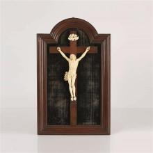 Tableau crucifix avec Christ en ivoire et croix en bois fruitier. Christ vivant avec tête levée versle ciel, bouche entrouverte, mèc...