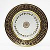 Paris Assiette à décor en or au centre d'une rosace cernée d'une guirlande de feuilles de lierres, l'aile décorée de fleurettes da...