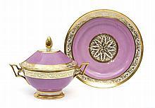 Paris Bouillon rond couvert et son plateau circulaire à décor de galons de rinceaux feuillagés or sur les bords sur fond rose. É...