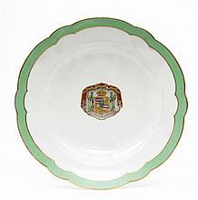 Paris Assiette en porcelaine à décor polychrome et or au centre d'armoiries dans un écu flanqué de deux sauvages surmontant l'inscri...