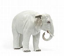 Paris Paire d'éléphants dans le style de Meissen, décor polychrome