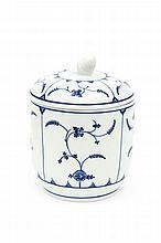 Tournai Grand pot à sucre couvert à décor en camaïeu bleu à l'immortelle de Saxe. XVIIIe siècle  Hauteur : 13 cm  Très bon...