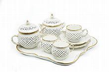 Allemagne Déjeuner comprenant un plateau carré à bord contourné, une théière couverte, un pot à sucre couvert, un pot à crème, deu...