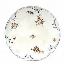 Sèvres Assiette à palmes en porcelaine tendre à décor polychrome de bouquets de fleurs et de palmes en léger relief rehaussées de pe...