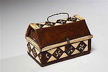 Petit coffret en bois de différentes essences et marqueterie alla certosina d'os et de bois, de forme rectangulaire avec couvercle à..