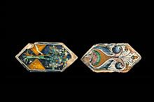 Deux carreaux de pavement, mattonelle, de forme hexagonale en majolique. L'un à décor des armes de la famille Della Rovere d'azur au...