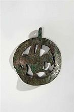 Pendant de harnais en cuivre repercé et gravé de forme circulaire à décor d'un griffon ; entourage orné de chevrons ; bélière