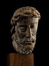 Belle tête de Christ en noyer sculpté