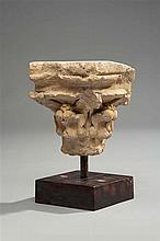 Petit chapiteau en pierre calcaire sculptée de feuillages stylisés